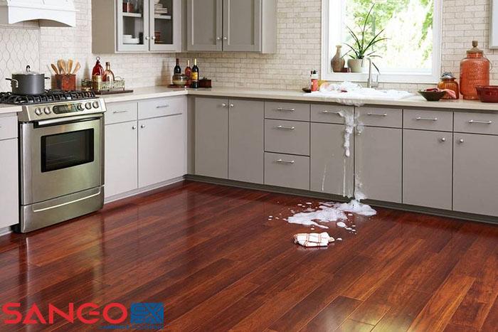Sàn gỗ có chịu được nước không