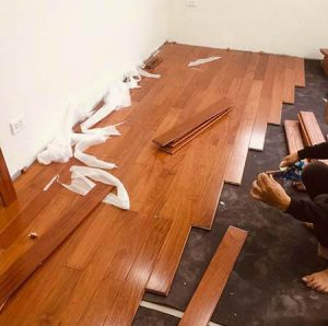 Nên lát sàn gỗ công nghiệp hay tự nhiên
